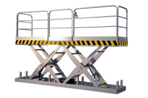 MSTAP 10-13/17: tandem scissor lift table. Painted steel. Maximum load: 1000 kg. Top platform with handrails and access gate with safety mechanism (lift table will not work if gate is open).
