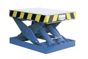 MSAP 10-07/05: single-scissor lift table in painted steel. Maximum load: 1000 kg. Raised height: 700 mm. Smooth top platform.