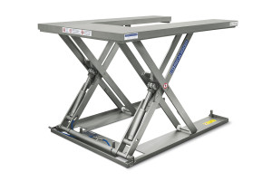 MSEI-12-11,5/12U. Mesa elevadora extraplana en forma de U. Low-profile lift table U-shaped fully built in stainless steel, maximum load: 1200 Kg. Raised height: 1.150 mm, closed height: 100 mm, top platform dimensions 1200 mm x 1700 mm.