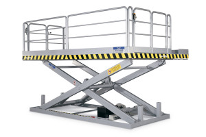MSAP-20-23/20: single-scissor lift table in 100% painted steel. Maximum load: 2000 kg. Raised height: 2300 mm. Top platform fitted with added side sections (removable for transport), handrails and access gates.