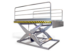 MSAP-60-21/22: painted steel. Maximum load: 6000 kg. Raised height: 2100 mm. Side handrails and manual lips.