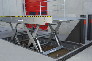 Loading dock without height difference, with lift table.